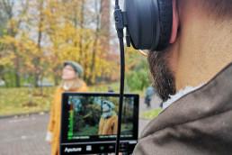 Mies kuvaamassa naista kameran takana